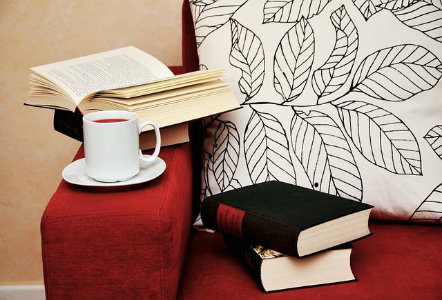 knihy, čaj, červená sedačka