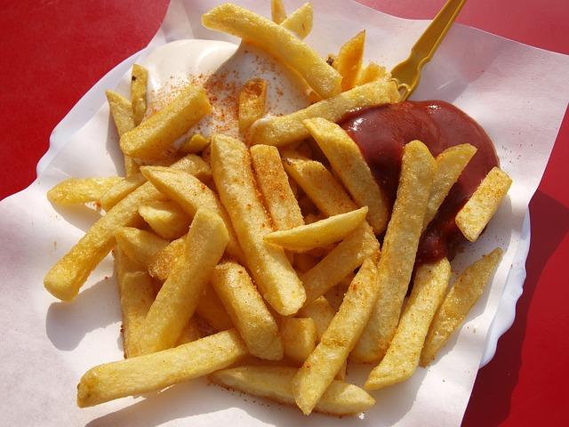 hranolky s kečupem