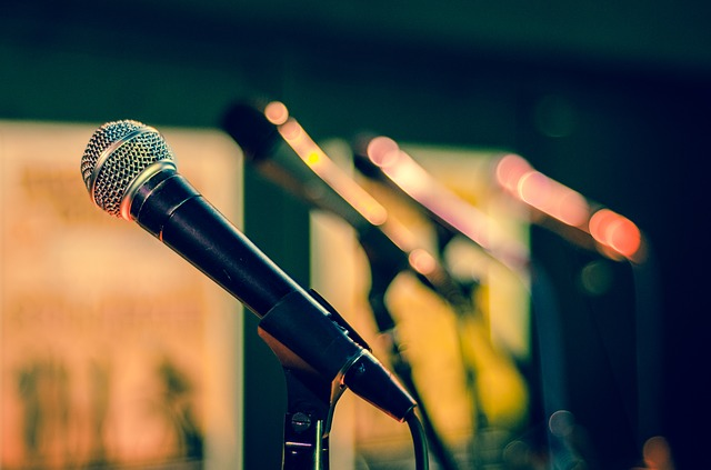 čtyři mikrofony