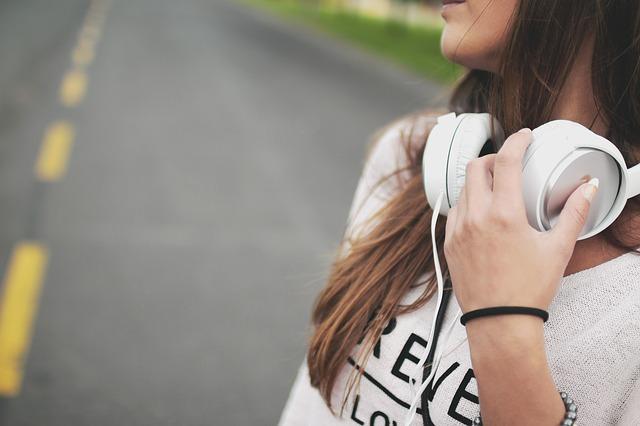 sluchátka kolem krku