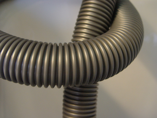 detail šedé plastové hadice