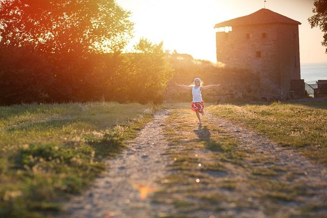 Dítě běžící polní cestou