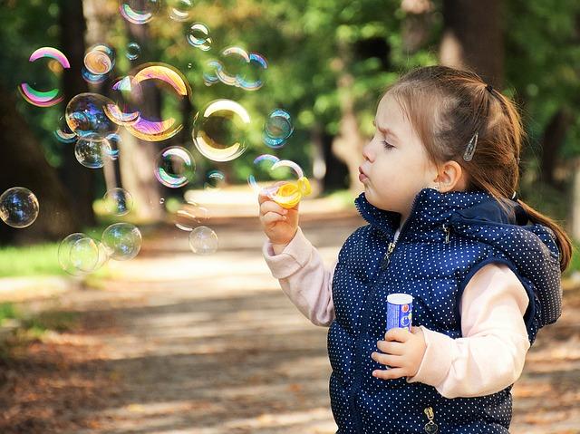 Dítě fouká bubliny