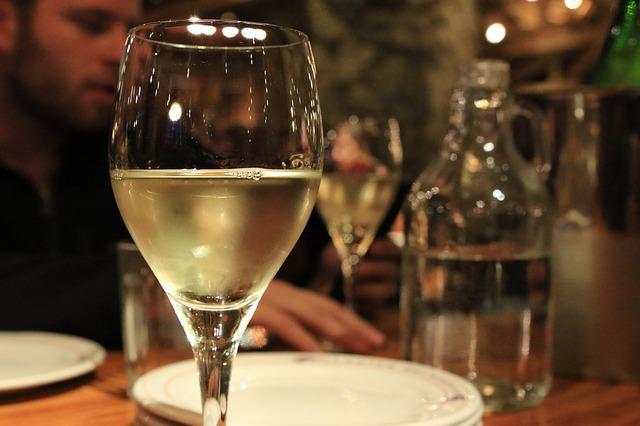 Sklenka bílého vína