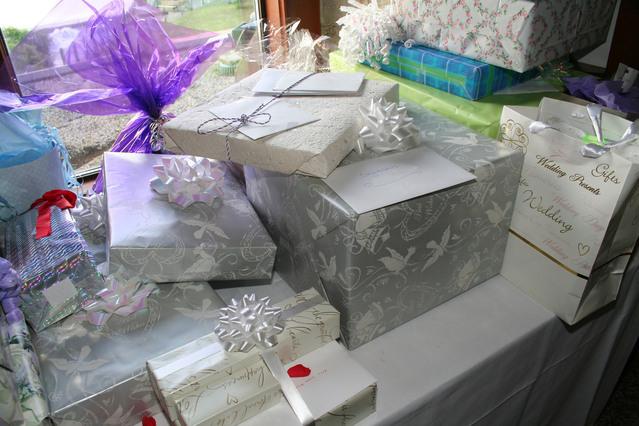 spousta dárků na jedné velké hromadě na stole.jpg